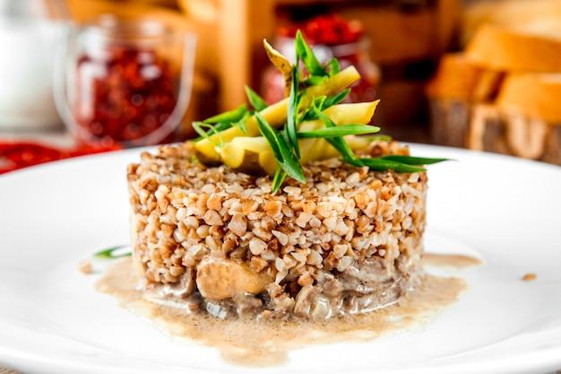 Pollo di grano saraceno bollito in salsa cremosa di funghi