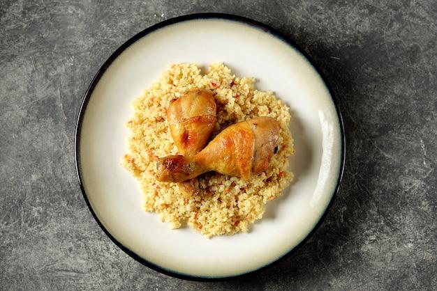 Bulgur bollito con verdure e cosce di pollo al forno