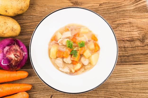 Petto di pollo bollito con patate e carote al formaggio