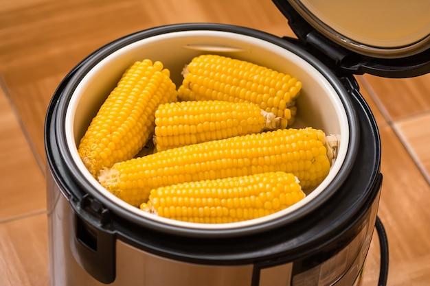 Pannocchie di mais bollite in multivariato