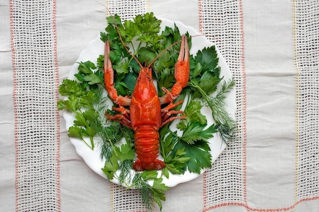Gamberi bolliti su un piatto decorato con vegetazione