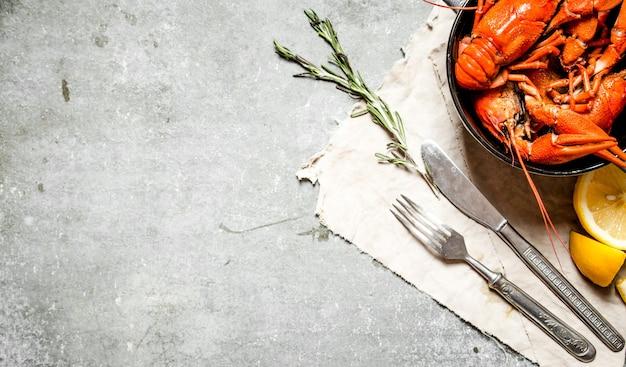 Aragosta bollita con rami di limone e rosmarino