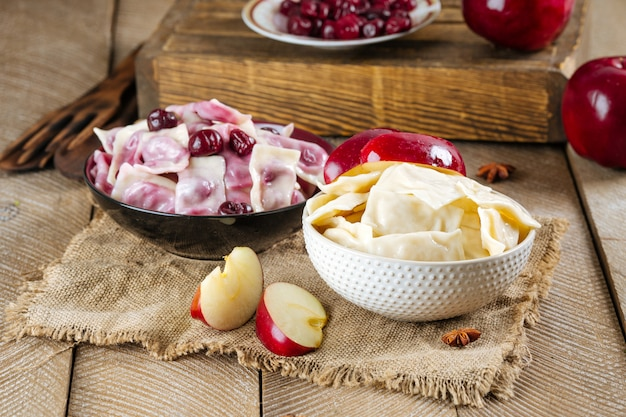 Vareniki gnocchi bolliti con ciliegie e mele