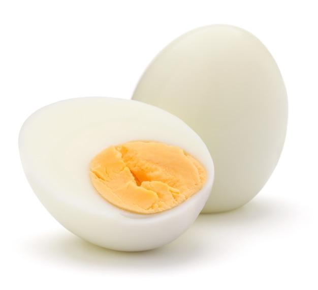 Uovo bollito isolato sul ritaglio bianco del fondo