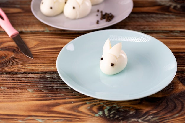 Coniglio uovo sodo, decorazioni per la tavola pasquale, decorazioni pasquali e tavola.