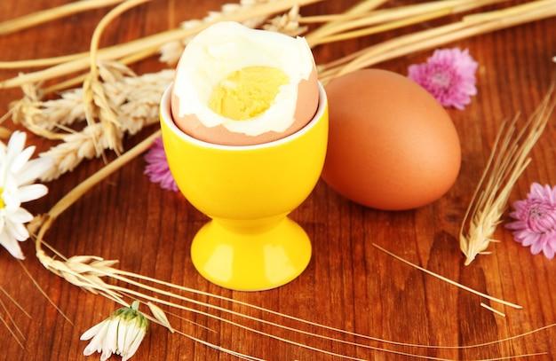 Uova sode su fondo di legno