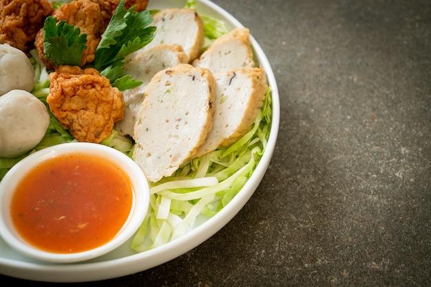 Polpette di pesce bollite, polpette di gamberi e salsiccia di pesce cinese con salsa piccante