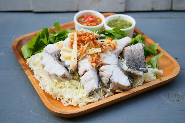 Salsa di pesce bollito con salsa e verdure