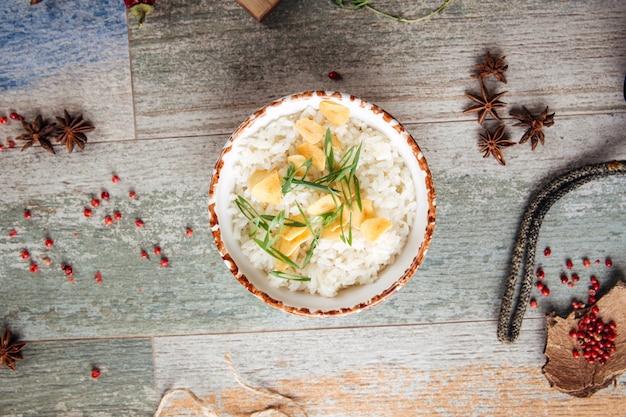 Il riso bianco bollito guarnisce l'aglio secco della cipolla verde