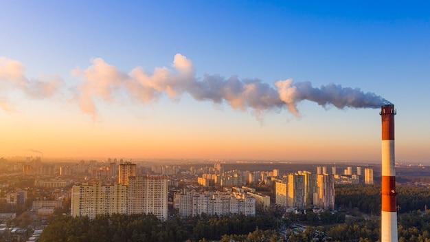 Il tubo della caldaia produce gas nocivi nell'atmosfera. cambiamento climatico.