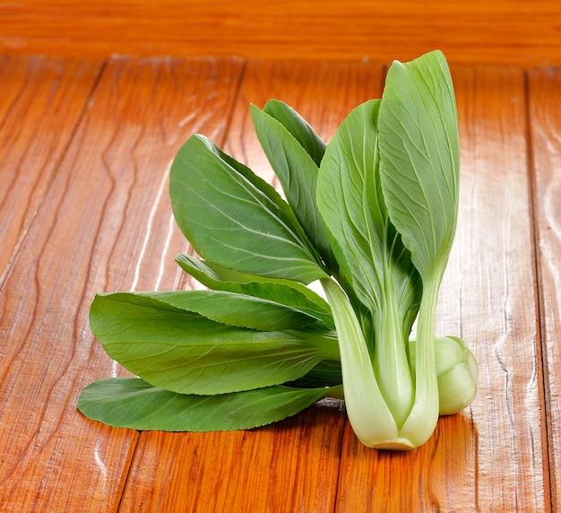 Bok choy vegetale su sfondo di legno