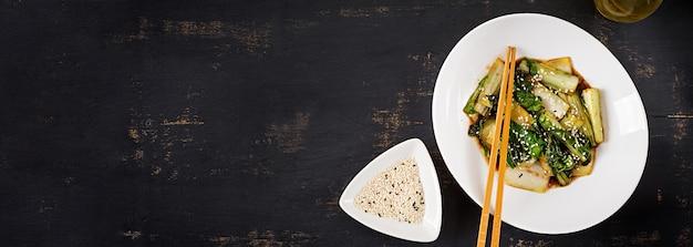 Le verdure del cavolo cinese saltano in padella con salsa di soia e semi di sesamo