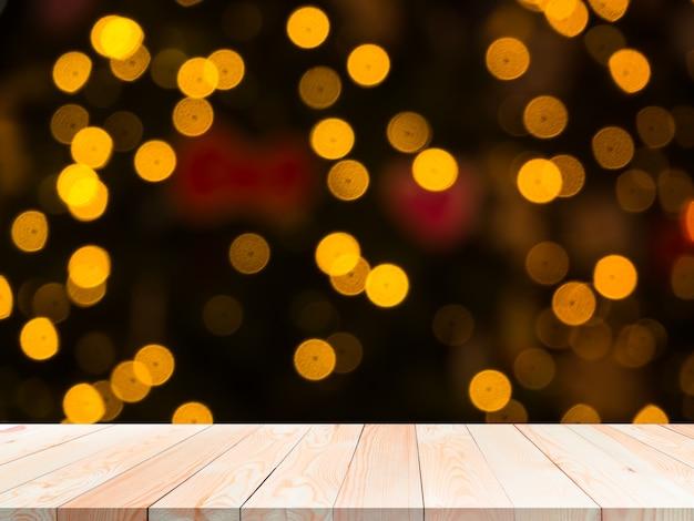Bokeh per il concetto di felice anno nuovo 2021. tavolo in legno bianco su sfocatura bokeh astratto per lo sfondo.