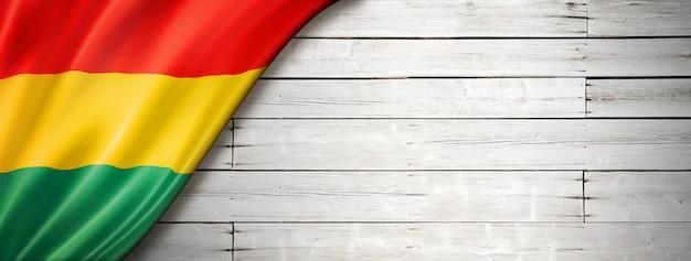 Bandiera della bolivia sul vecchio muro bianco. banner panoramico orizzontale.