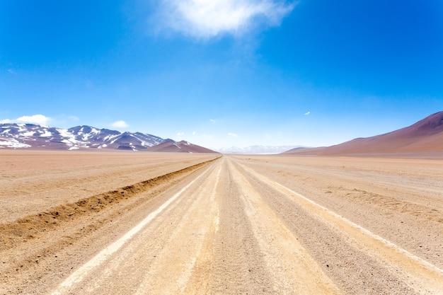 La strada sterrata boliviana è il deserto di salvador dali