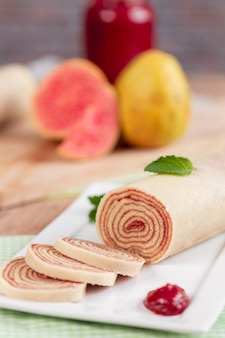Bolo de rolo (swiss roll, roll cake) tipico dolce brasiliano, dallo stato di pernambuco. rotolo di torta a fette ripieno di pasta di guava.