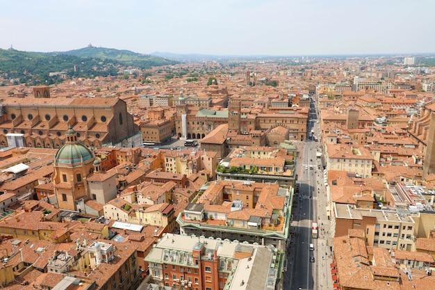 Paesaggio urbano aerea di bologna della città vecchia dalla torre con il primo piano della via rizzoli, paesaggio medievale italiano Foto Premium