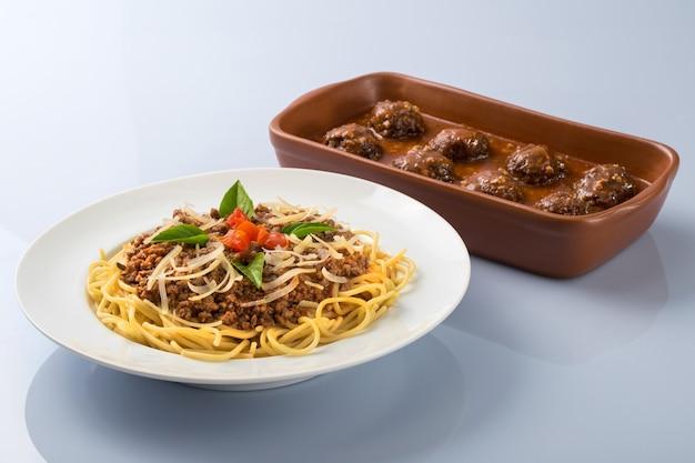 Spaghetti alla bolognese con formaggio e polpette