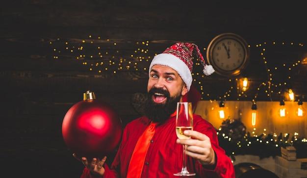 Bomba emozioni. preparazione natalizia. babbo natale felice. esplosione di scintille. vendita di natale.