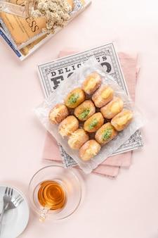 Un bombolone o bomboloni è una ciambella ripiena italiana e viene consumata come snack e dessert