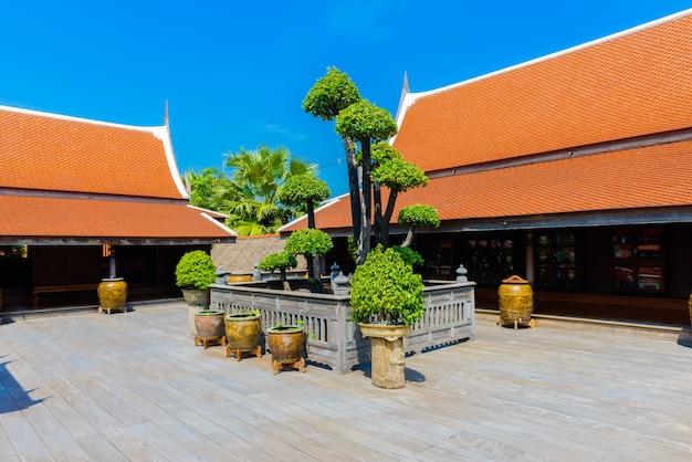 Albero dei bonsai sul pavimento di legno in stile casa tailandese