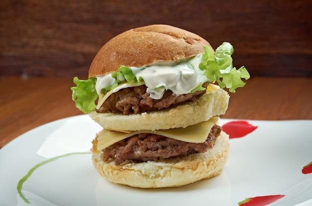 Bonus jack - hamburger americano. hamburger venduto dalla catena di fast food jack in the box.