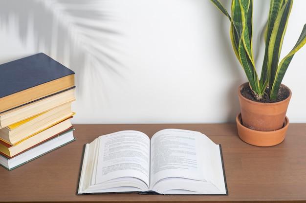 Sfondo del libro libro aperto su un tavolo in un'università o in una scrivania di casa