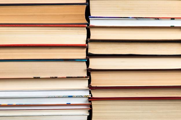 Sfondo del libro, pile di libri sono strettamente affiancati.