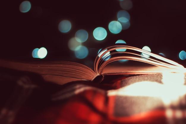 Il libro sul plaid a scacchi sfondo bokeh atmosfera natalizia