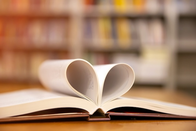 Prenota a forma di cuore il simbolo dell'amore o il giorno di san valentino del 14 febbraio per amore e sfondo felice