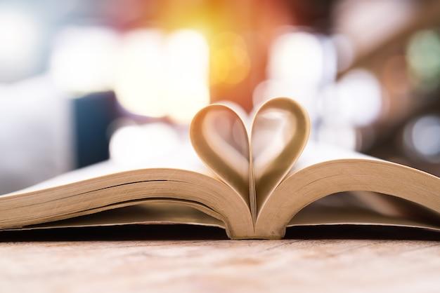 Prenota a forma di cuore, la saggezza e il concetto di educazione, il libro mondiale e il giorno del copyright