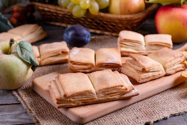 Libro di biscotti fatti in casa su un tavolo di legno