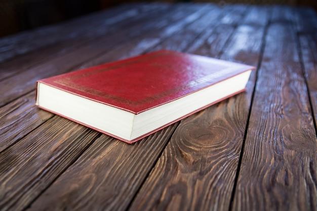 Libro onn vecchio tavolo in legno marrone