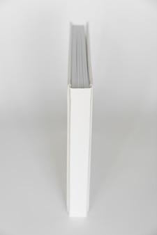 Dorso del libro bianco con rilegatura in pelle. prodotti di stampa. fotolibri e album. singoli prodotti.
