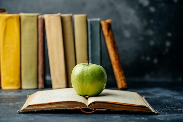 Libro di studio educato. libreria e dizionario sullo sfondo. studiare studenti in università e college, scolari a scuola e concetto di apprendimento a distanza a casa