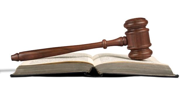 Libro e martelletto di legno sul tavolo. concetto di giustizia