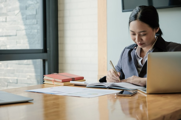 Il contabile o l'ispettore finanziario passa la stesura del rapporto, calcolante. finanze domestiche, investimenti, economia, risparmio di denaro o concetto di assicurazione
