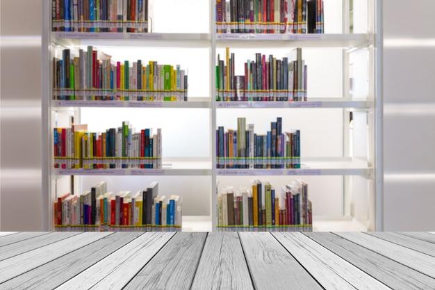 Libri sullo scaffale per libri nella stanza delle biblioteche, sfuocatura astratta de focalizzata sul fondo.
