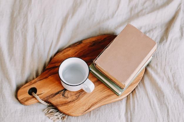 Libri e tazza di caffè colazione a letto buongiorno