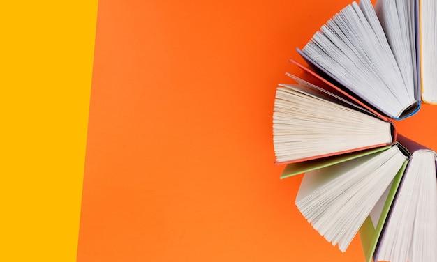 Collezione di libri su sfondo colorato