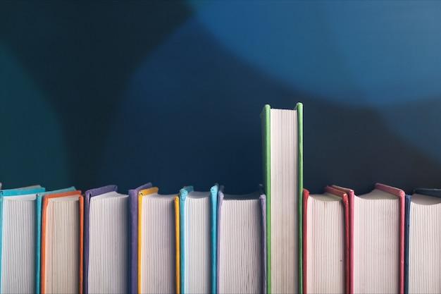 Collezione di libri isolato su sfondo.
