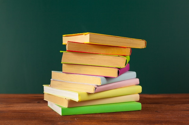 Libri sulla scrivania, lavagna