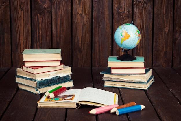 Libri, globo e matite