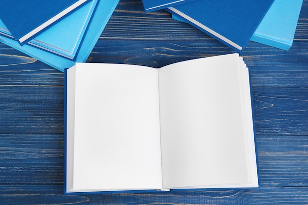 Libri sulla tavola di legno grigia