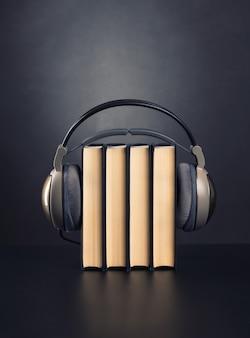 Libri e cuffie su di esso