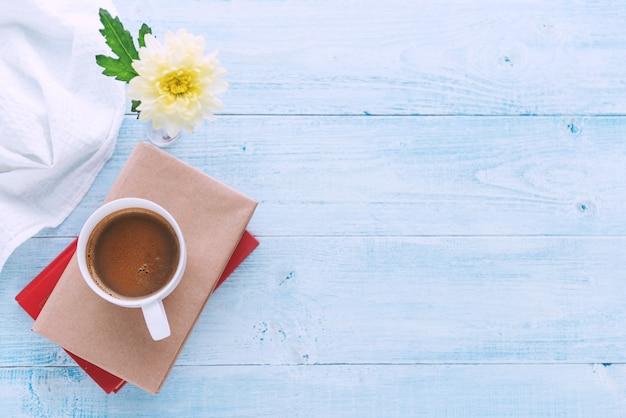 Libri su un tavolo luminoso e una tazza di caffè sopra