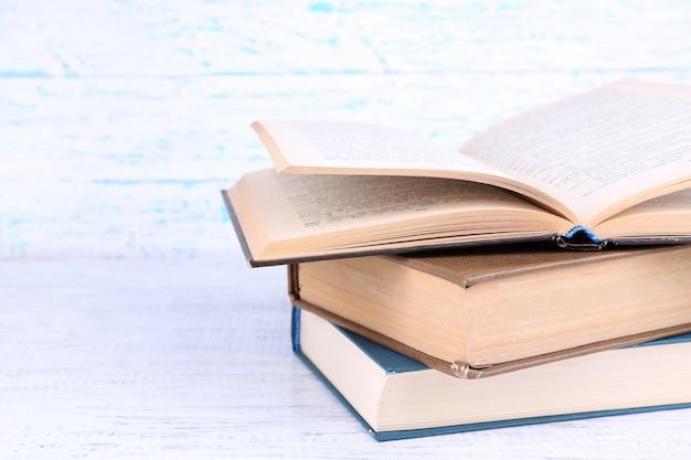Libri su legno chiaro