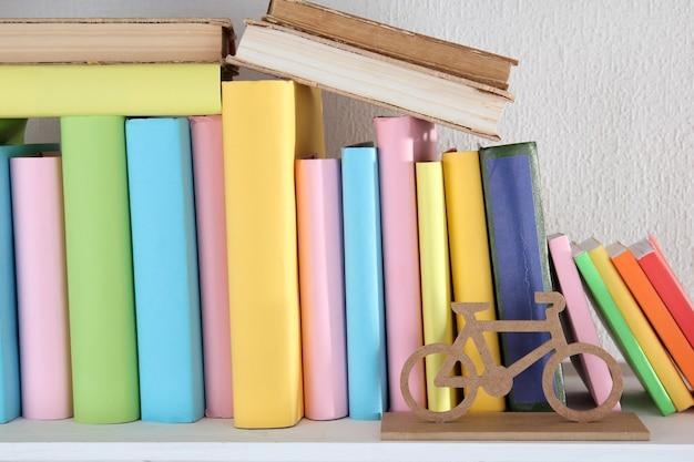 Primo piano di libri sullo scaffale