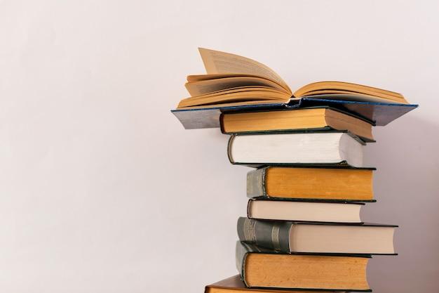 Pila di libri su una priorità bassa bianca
