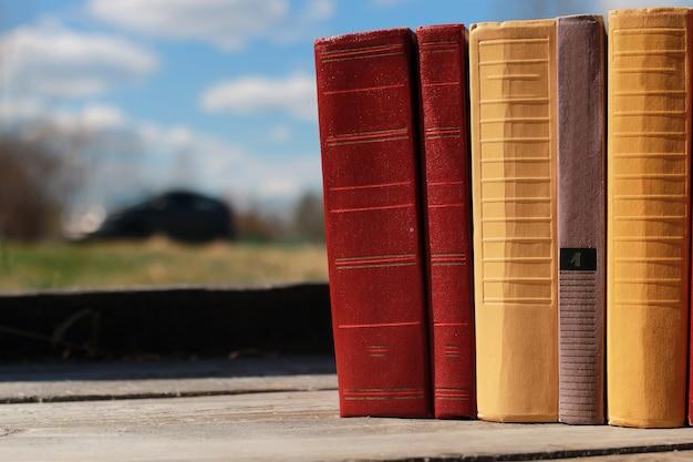 Libri in piedi su un tavolo